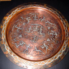 Tava veche din arama cu insertie de argint cu motive antice egiptene