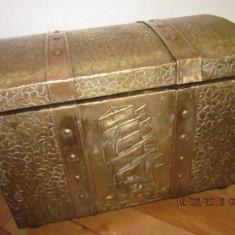 Lada de zestre veche englezeasca cu tabla de alama in basorelief - Mobilier