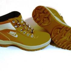 BOCANCI NIKE GHETE MANDARA MARIMEA 41 - Bocanci barbati Nike, Culoare: Mustar