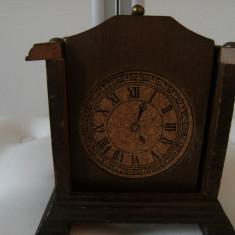 Set de 6 farfurioare de lemn, vechi, incastarate intr-un ceas, de colectie/decor. - Ceas de masa