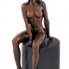 FEMEIE DEZGOLITA - STATUETA DIN BRONZ PE SOCLU DIN MARMURA - Sculptura