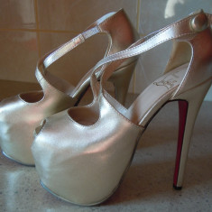 Vand pantofi noi din piele naturala marimea 35 marca Christian Louboutin - Pantof dama Christian Louboutin, Culoare: Auriu