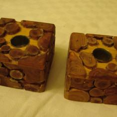 Doua sfesnice formate din trunchiuri de lemn