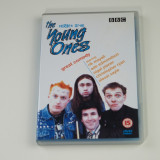 Film serial Altele, Comedie, DVD, Engleza - The Young Ones – Sezonul 1 (Complet 6 Episoade) Boxset - DVD ORIGINAL