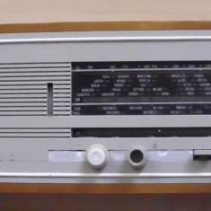 Aparat radio - Un radio romanesc vechi Aida pe lampi