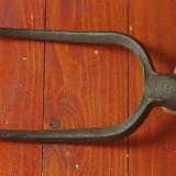 Scule / unelte vechi - Veche furca din metal forjat cu 2 varfuri !!! - Metal/Fonta