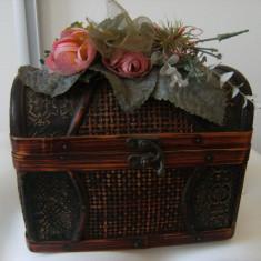 Cutie Bijuterii - Lada de bijuterii in forma de lada de zestre, lucrata, din lemn, pe capac areflori