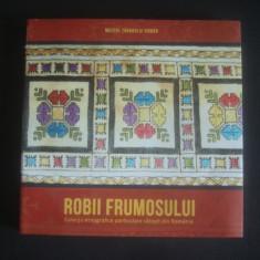 ROBII FRUMOSULUI * COLECTII ETNOGRAFICE PARTICULARE SATESTI DIN ROMANIA - Carte Hobby Folclor