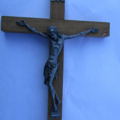 CRUCIFIX-ISUS PIRONIT PE CRUCE-aplica, cositor, suport lemn, vintage - Arta din Metal