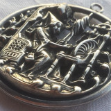 Medalion splendid 1900 Femeie torcand executa manual Superb piesa de colectie