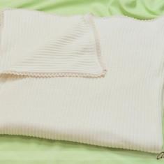 Trusou botez - Paturica din tricotaj cu broderie pe margine Atelier Bebe